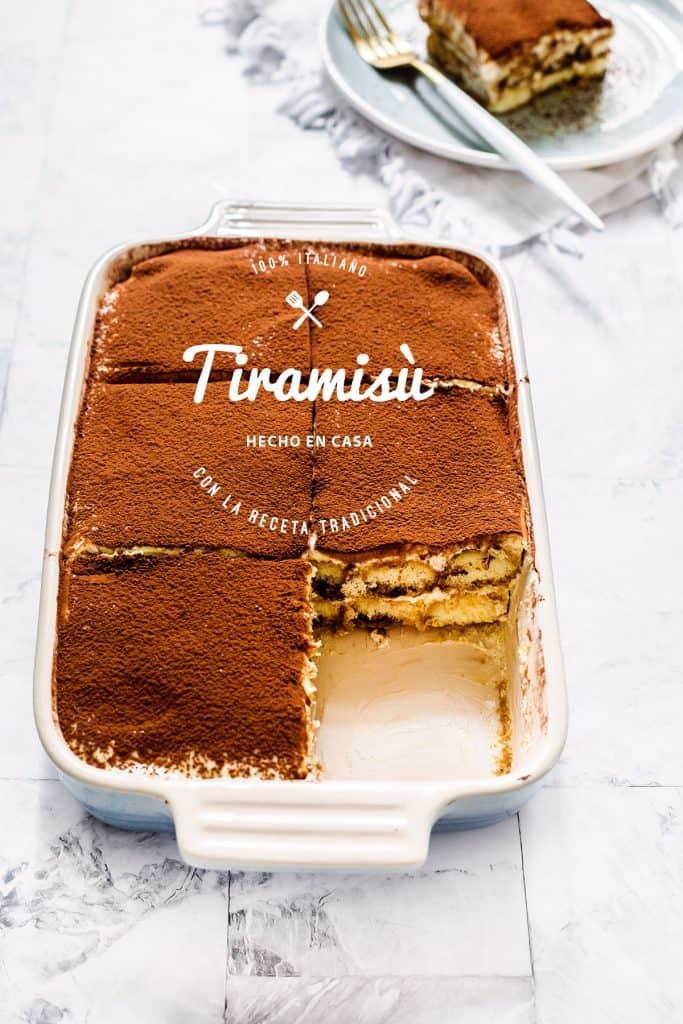 Postre italiano al café y queso mascarpone en un molde de cerámica.