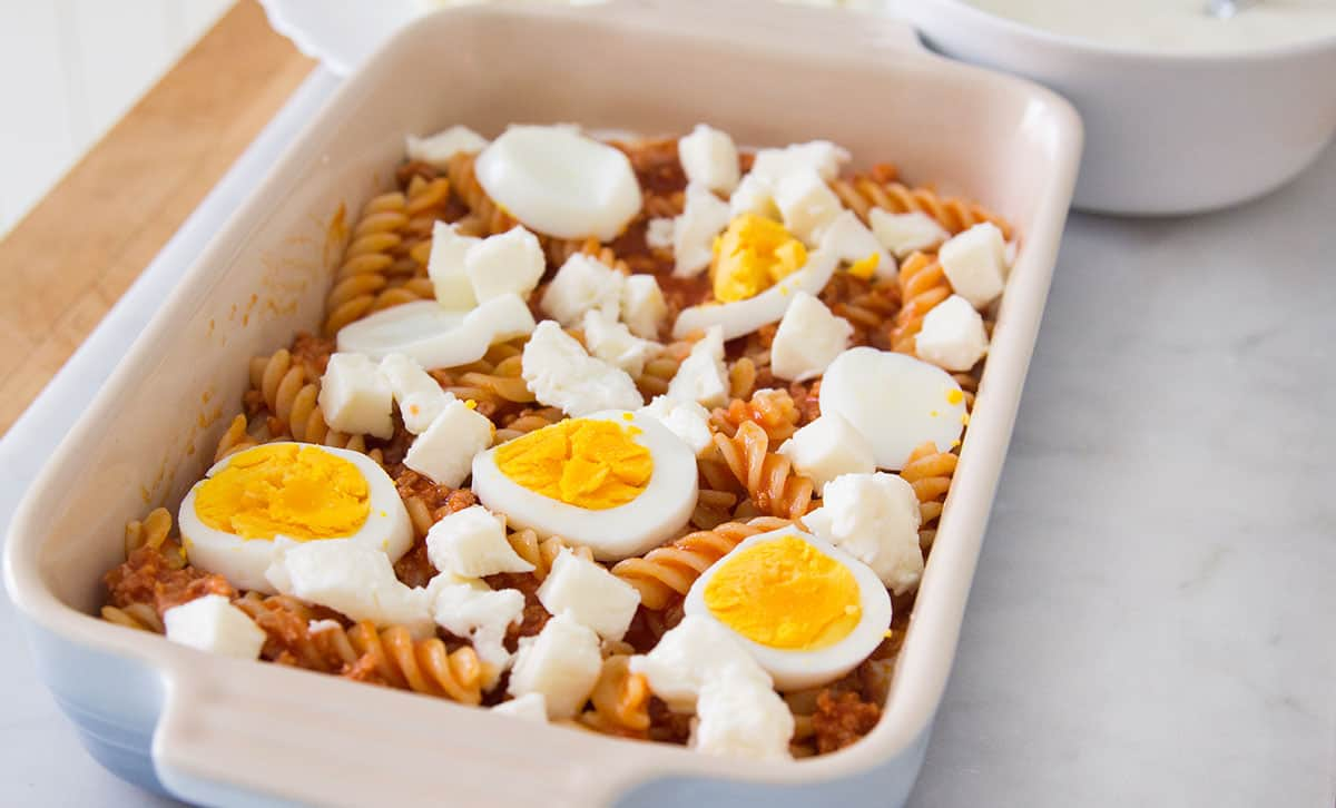 La primera capa con la pasta, los huevos y la mozzarella.