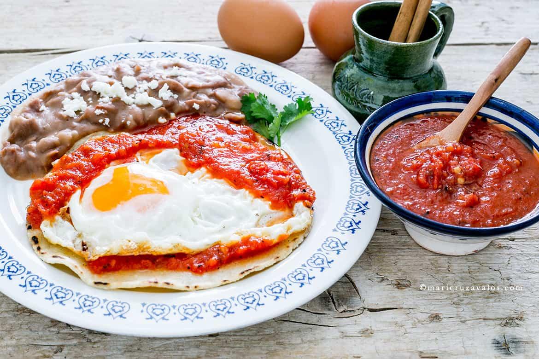 Huevos rancheros con fagioli e salsa rossa