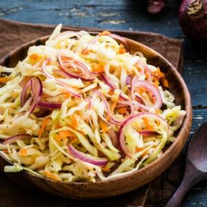 Ensalada de col y zanahoria en un plato de mandera.
