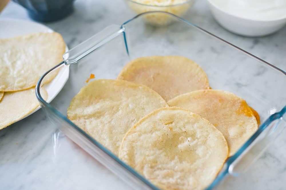 4 tortillas sobrepuestas en el molde.