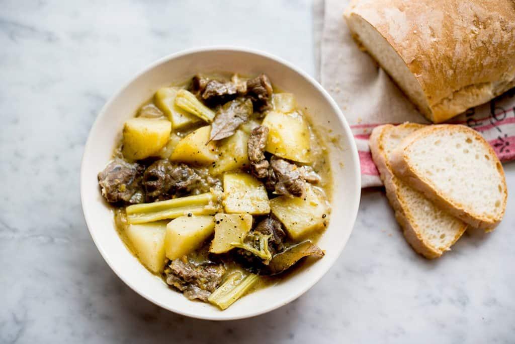 estofado italiano servido con una hogaza de pan.