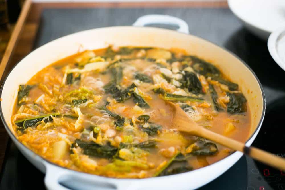 la sopa ribollita hirviendo en la cazuela ya con todos los ingredientes.