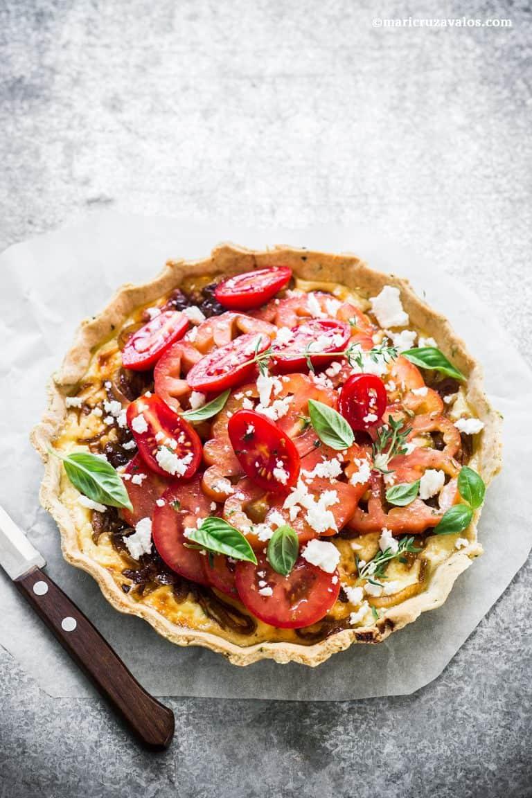 Tarta rústica con cebollas caramelizadas y tomates