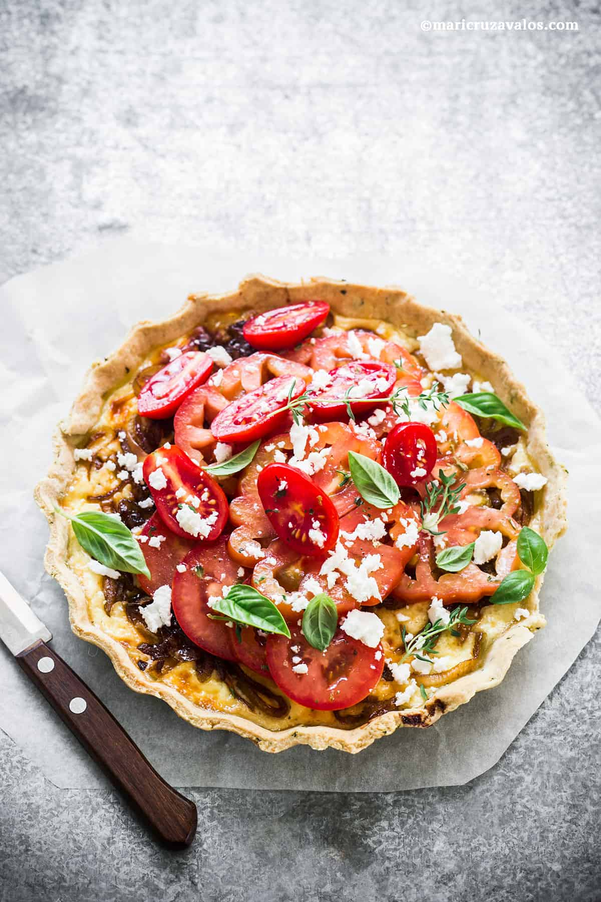 Tarta Rústica de Queso, Tomates y Cebollas caramelizadas