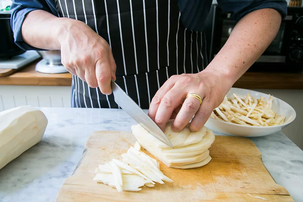 cortando berenjenas en bastoncillos