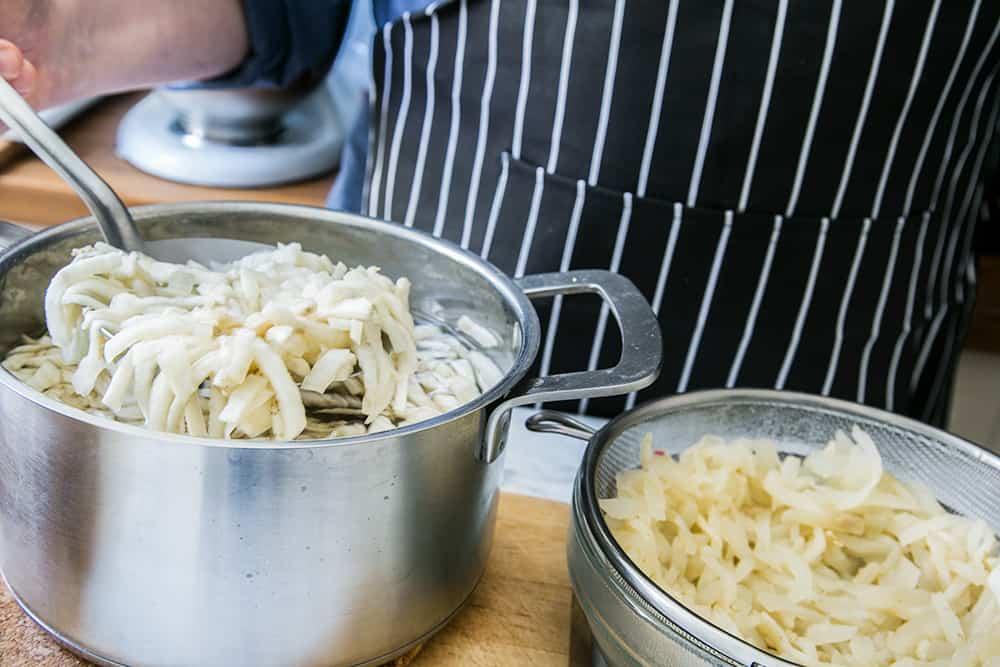 sacando las berenjenas cocinadas del agua hervida