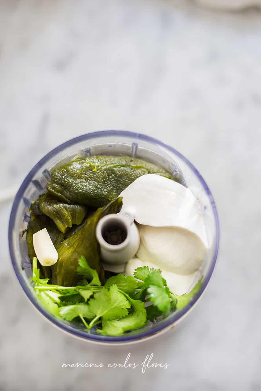 Los ingredientes para la salsa en una licuadora.