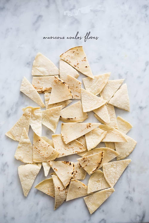 Tortillas en tríangulos listas para ser fritas y preparar chilaquiles verdes.