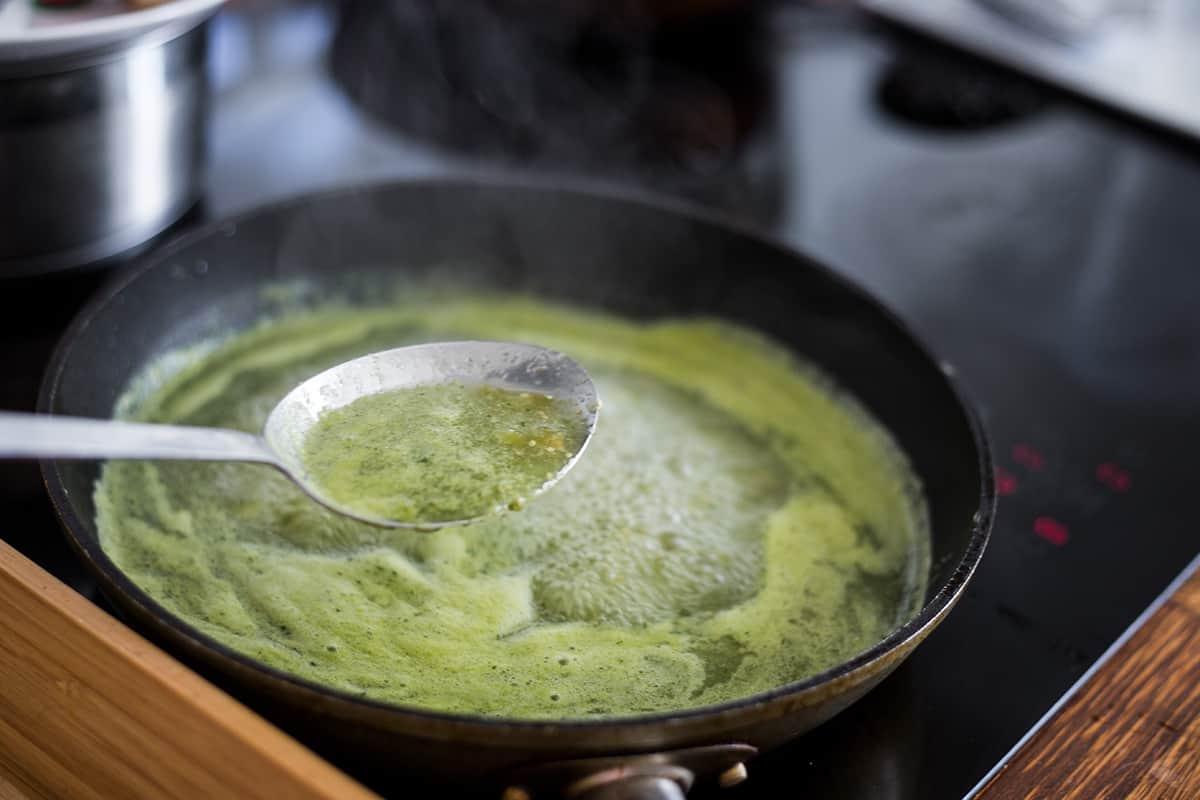 Salsa verde para chilaquiles, cocinándose en la estufa.