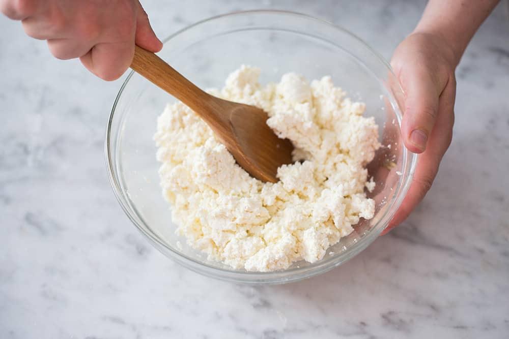 Mezclando con la sal en el cuenco y usando una cuchara de palo