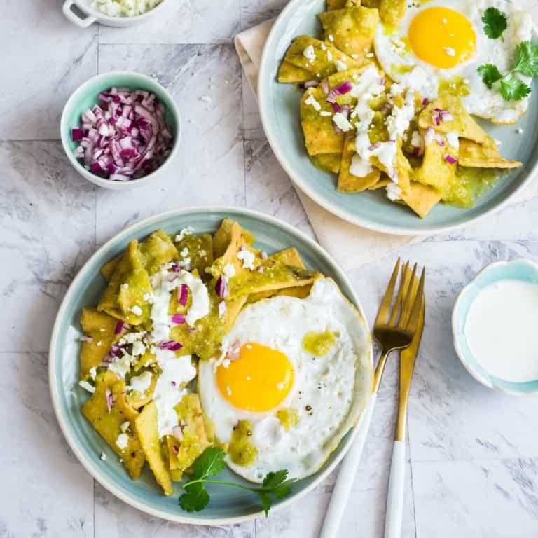Chilaquiles verdes con huevo. Desayuno mexicano tradicional.