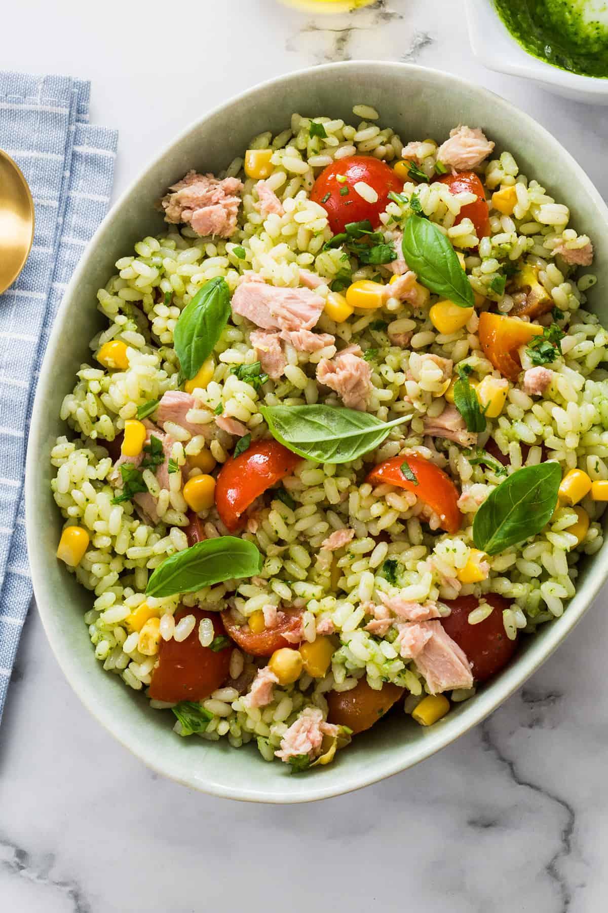 ensalada de arroz con pesto y atún