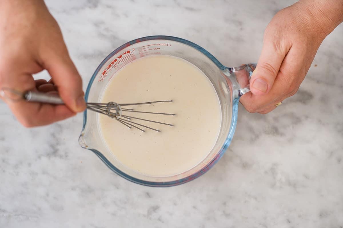 Mezclando la masa con agua.