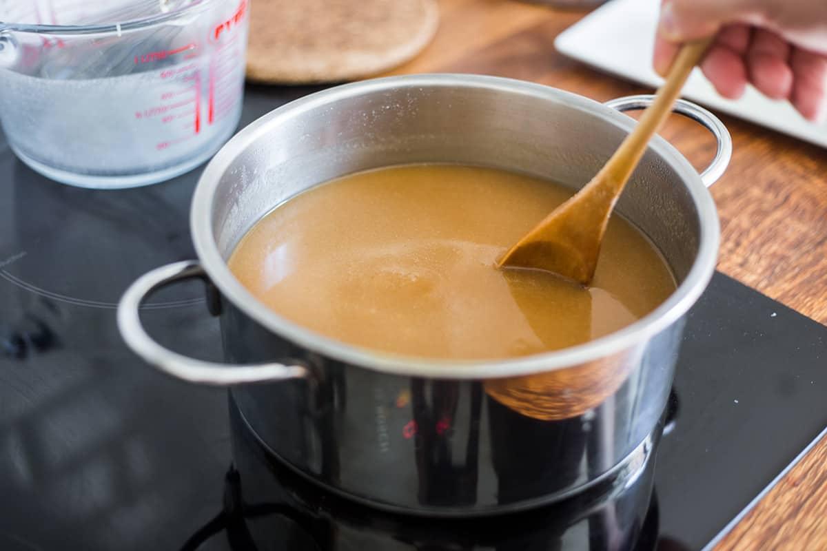 el tejuino cocinándose en una olla.