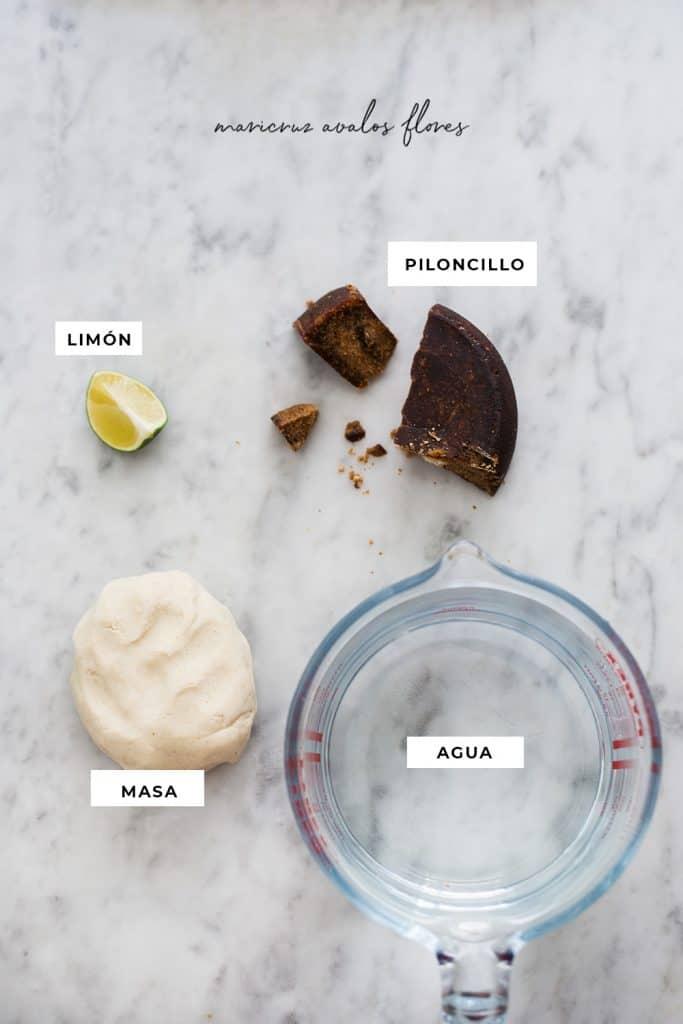 Ingredientes para tejuino sobre una superficie de mármol.