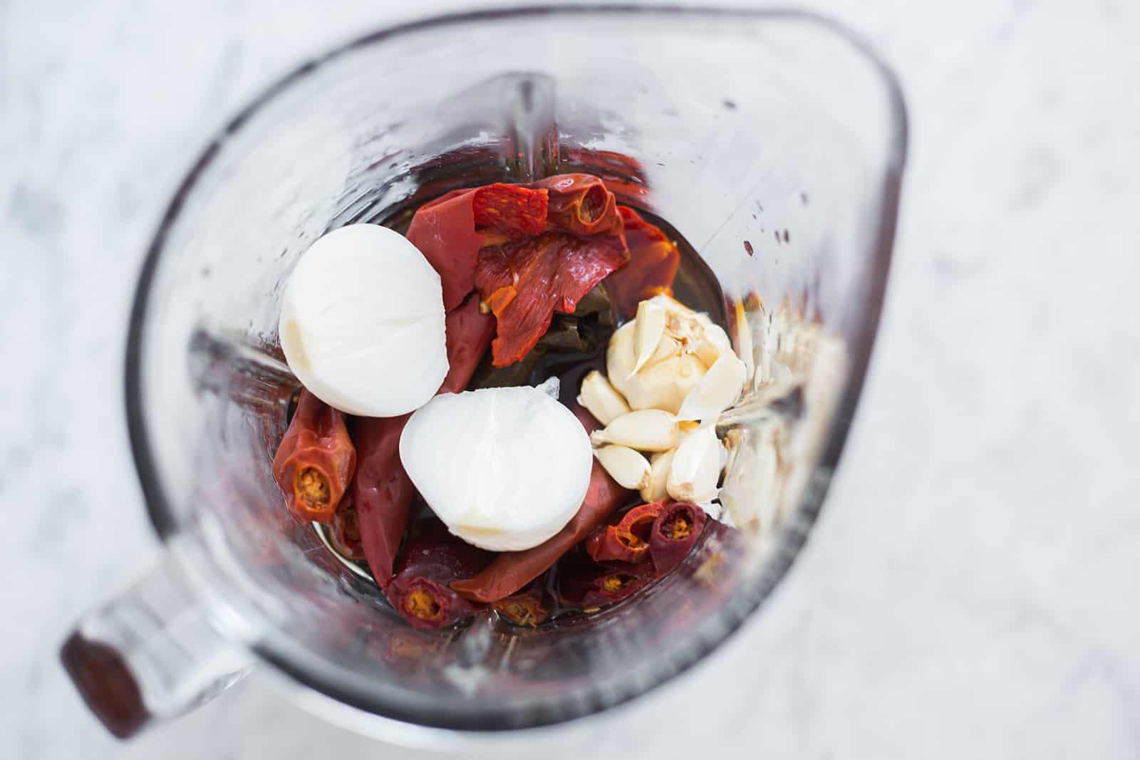 los ingredientes en la licuadora para hacer la salsa para pozole