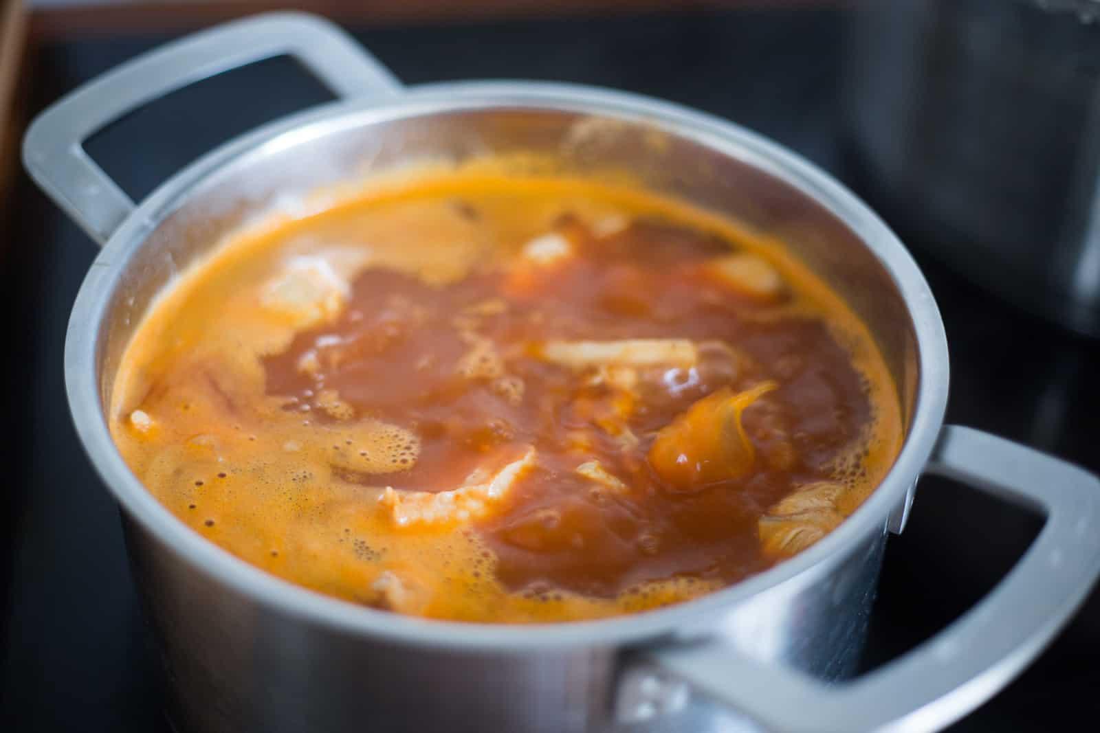 Como hacer pozole rojo: Después de haberle agregado la salsa