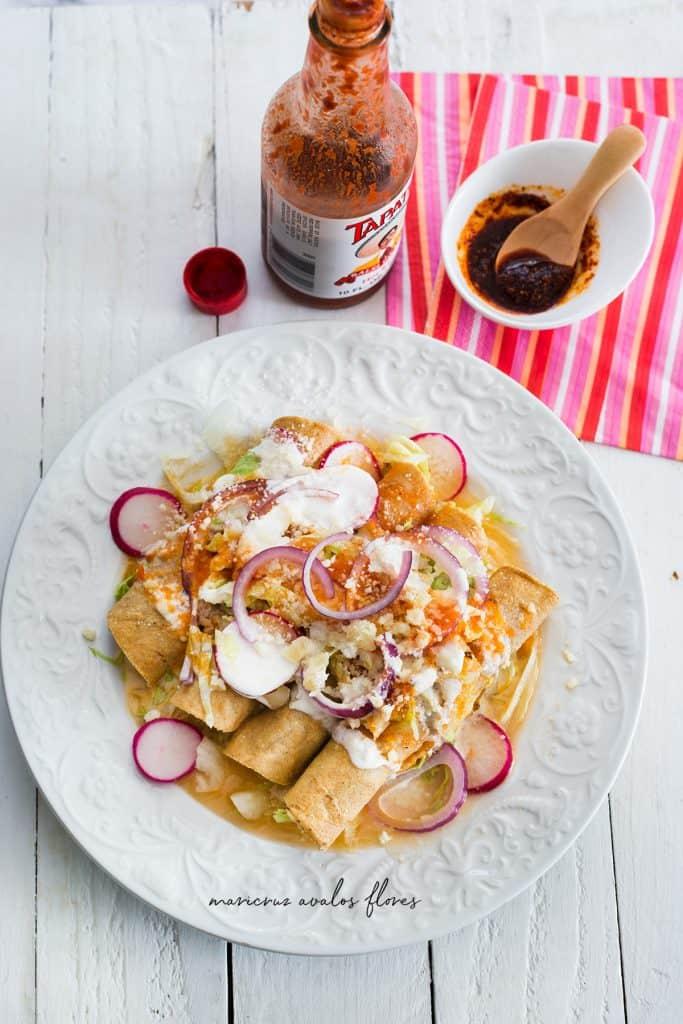 Taquitos dorados con salsa de tomate, estilo Colima. También llamadas flautas mexicanas de pollo