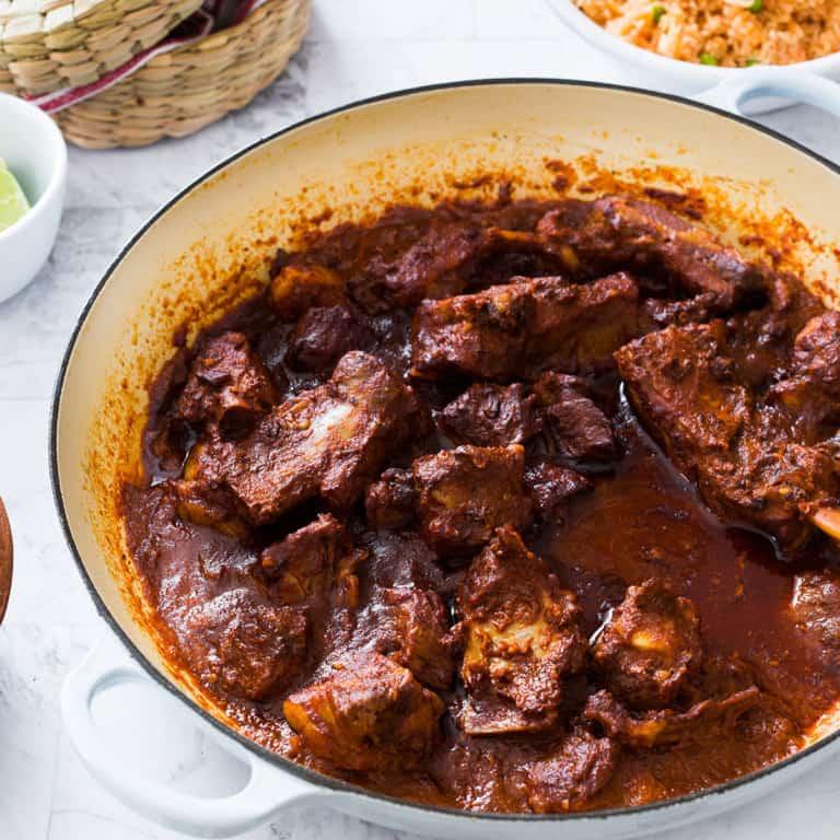Costillas en salsa roja de chile pasilla