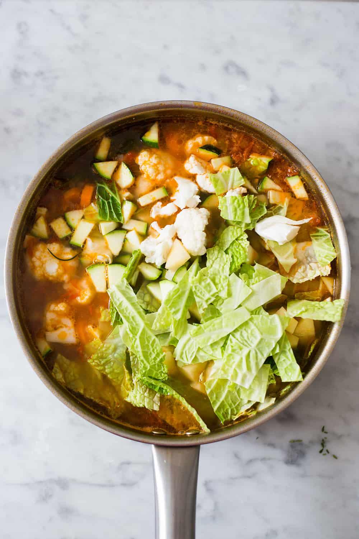 sopa con las verduras antes de hervir.