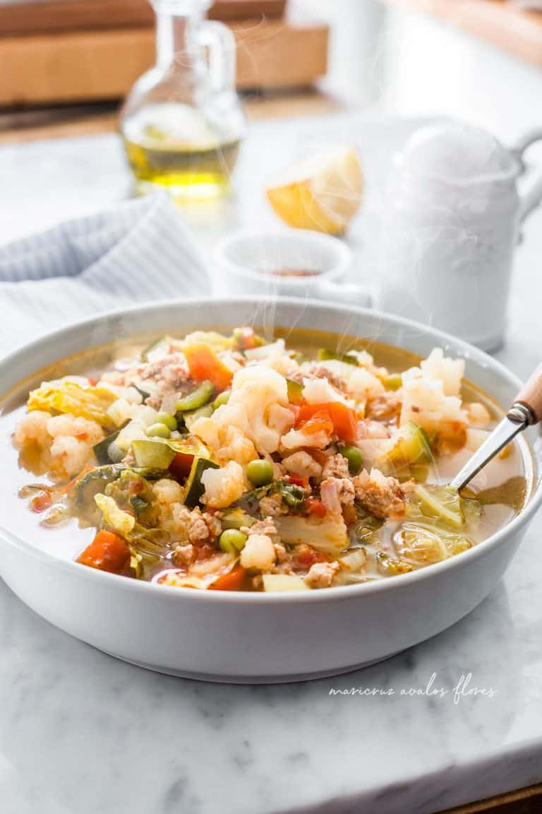 Sopa de verduras y carne molida
