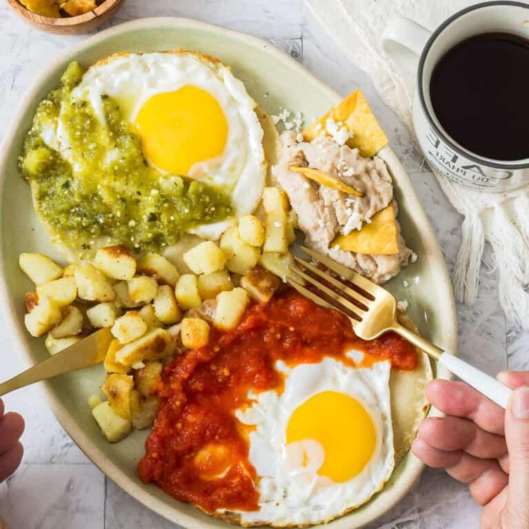 Huevos divorciados. Desayuno mexicano.