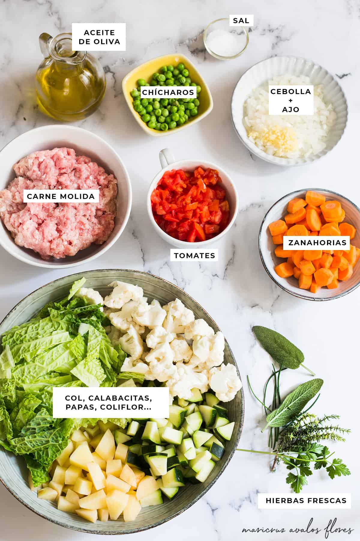 Ingredientes para sopa de verduras y carne molida ya listos para cocinarse: Aceite de oliva, sal, chícharos, cebolla, ajo, zanahorias, tomates, carne molida, col, calabacines, papas, coliflor y hierbas frescas.