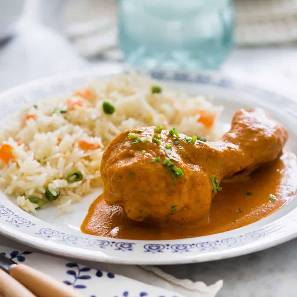 pollo encacahuatado servido con arroz blanco.
