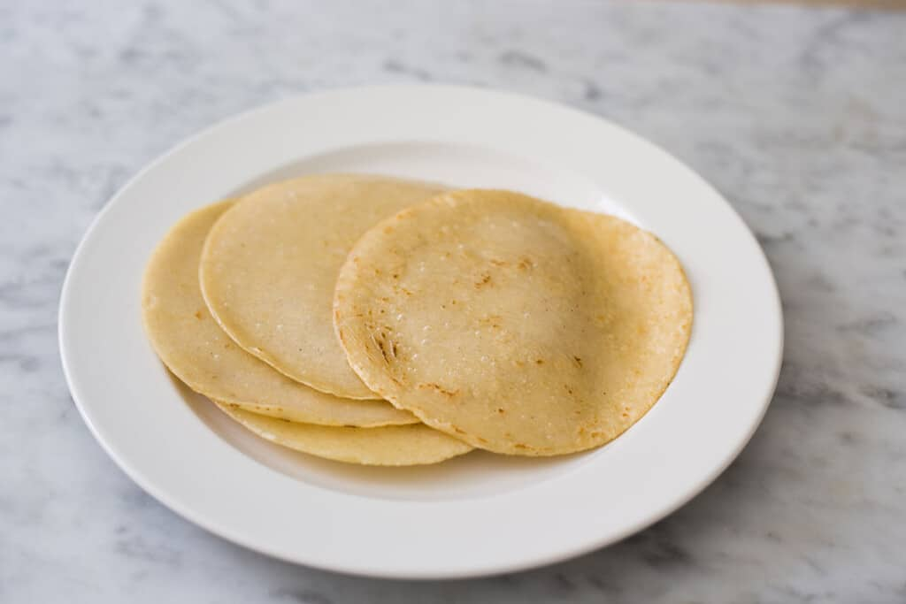 Las tortillas fritas en un plato.