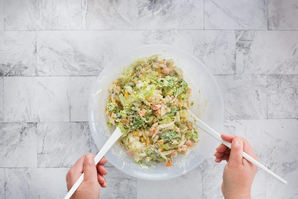 Mezclando todos los ingredientes en la ensaladera.