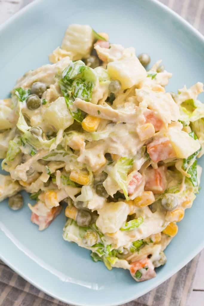 Un closeup de la preparación para apreciar la cremosidad de la ensalada.