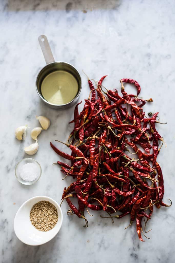 ingredientes listos para salsa de chile de árbol