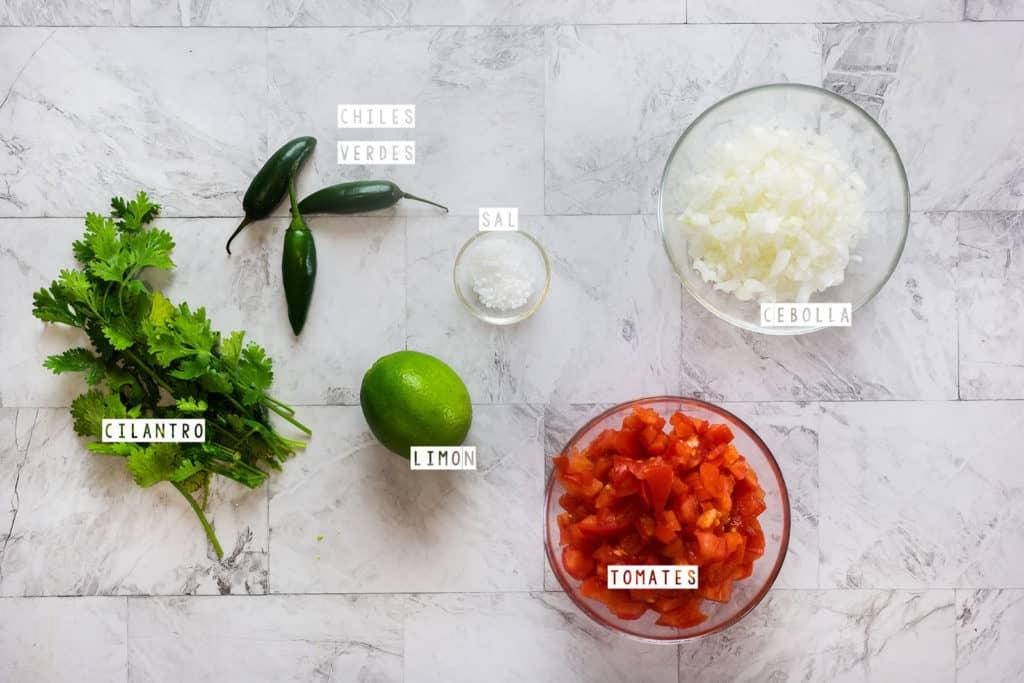 Ingredientes para la receta de pico de gallo.