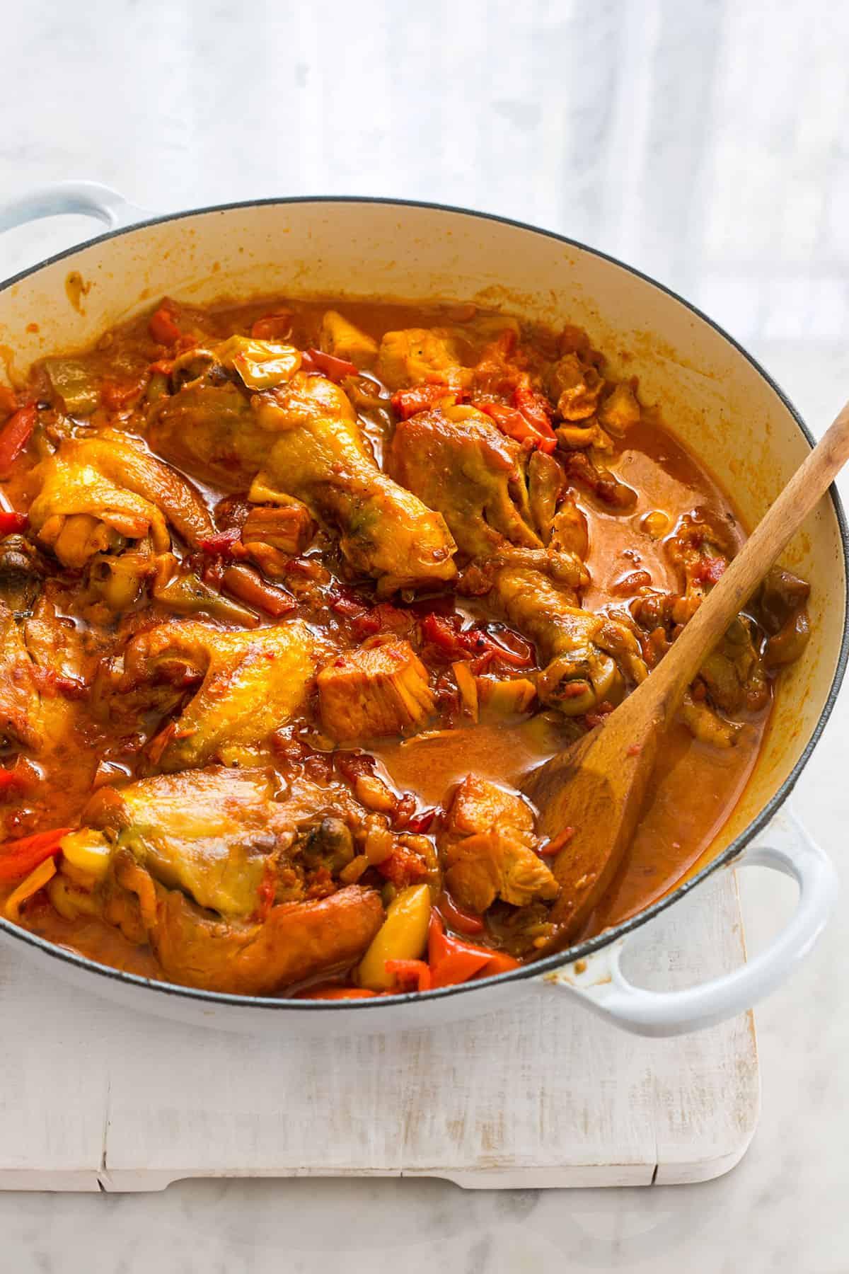 Pollo con pimientos cocinado en una cazuela.