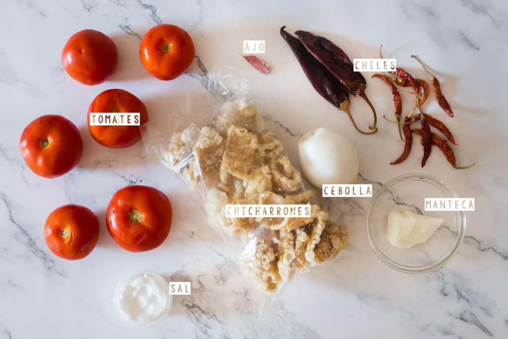 Ingredientes para hacer chicharrones en salsa roja.