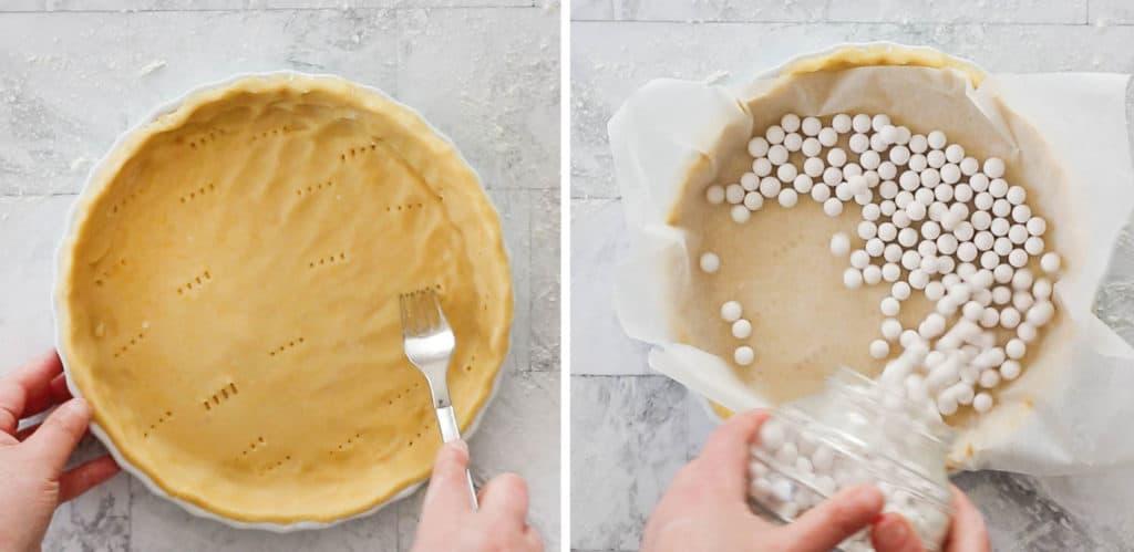 La masa en el molde para tarta y con papel encima poniendo las bolitas de cerámica para cocinar en el horno.