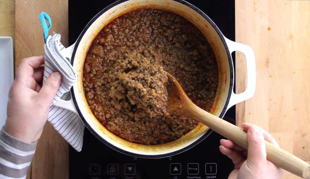 ragú apenas preparado para hacer lasaña boloñesa.