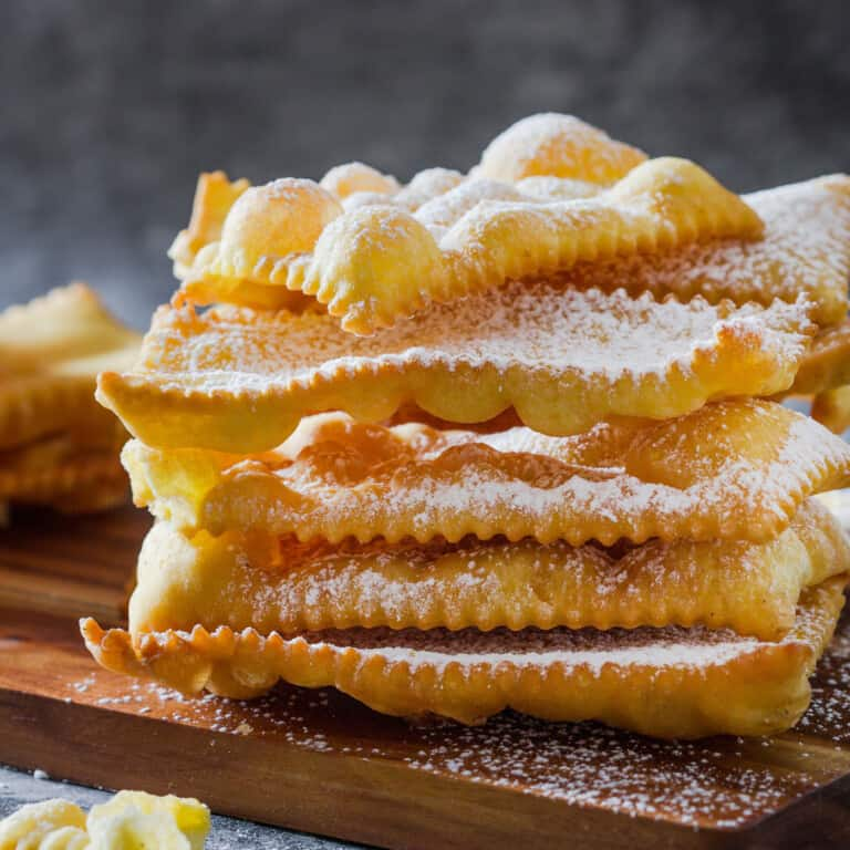 Chiacchiere di Carnevale (Italian fried pastries)