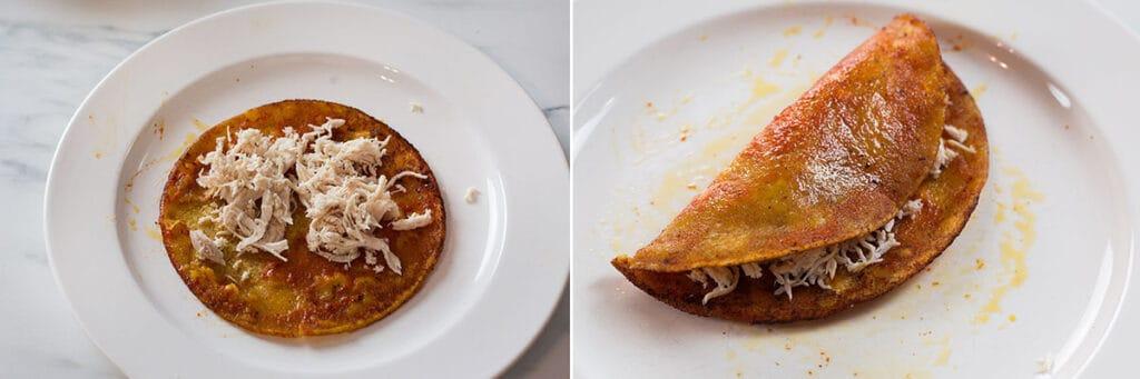 Rellenando la tortilla con pollo. La tortilla doblada en media luna.