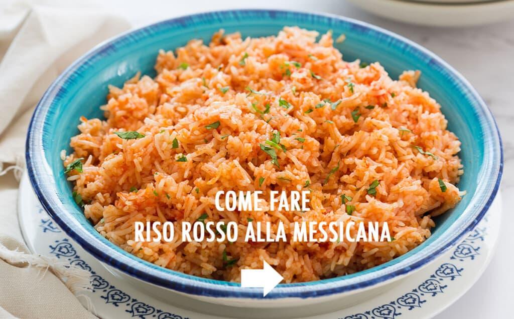 foto con riso rosso alla messicana in un piatto turchese.