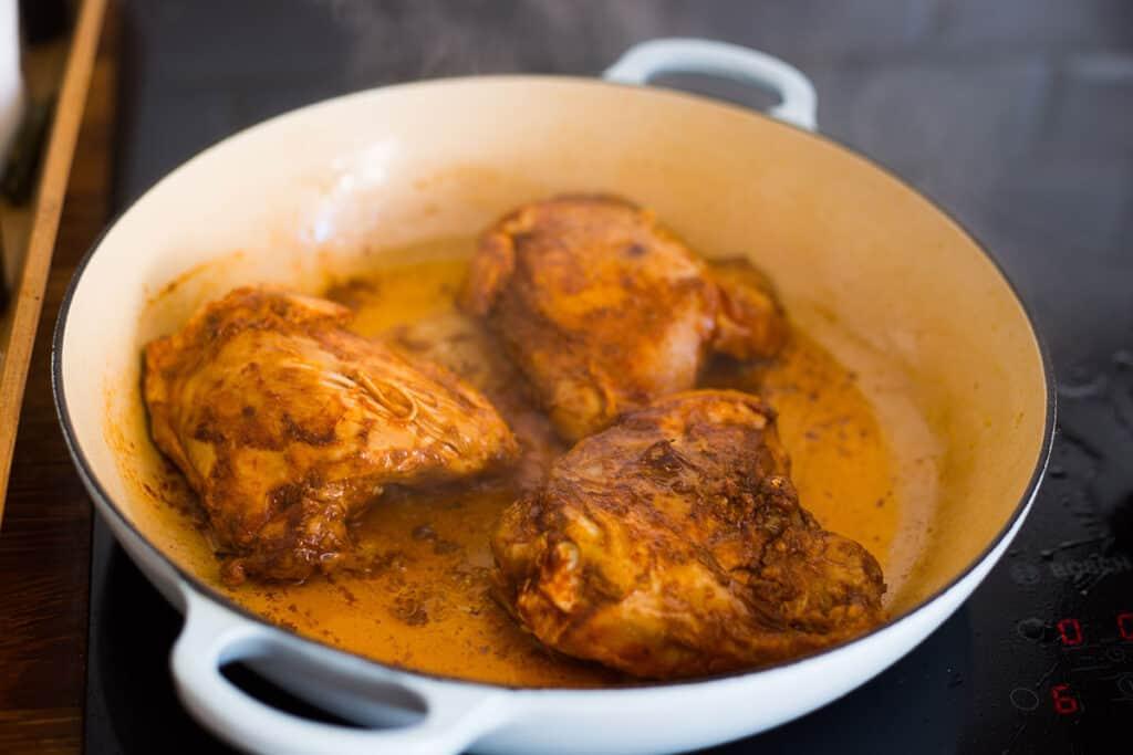 Sellando el pollo en una cazuela.