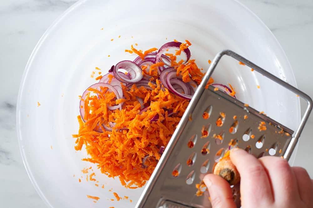 Rallando la zanahoria en un cuenco.