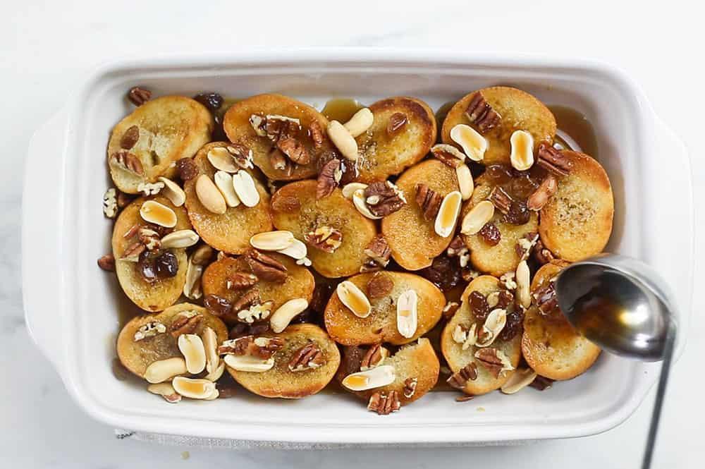 Mojando los ingredientes con el jarabe.
