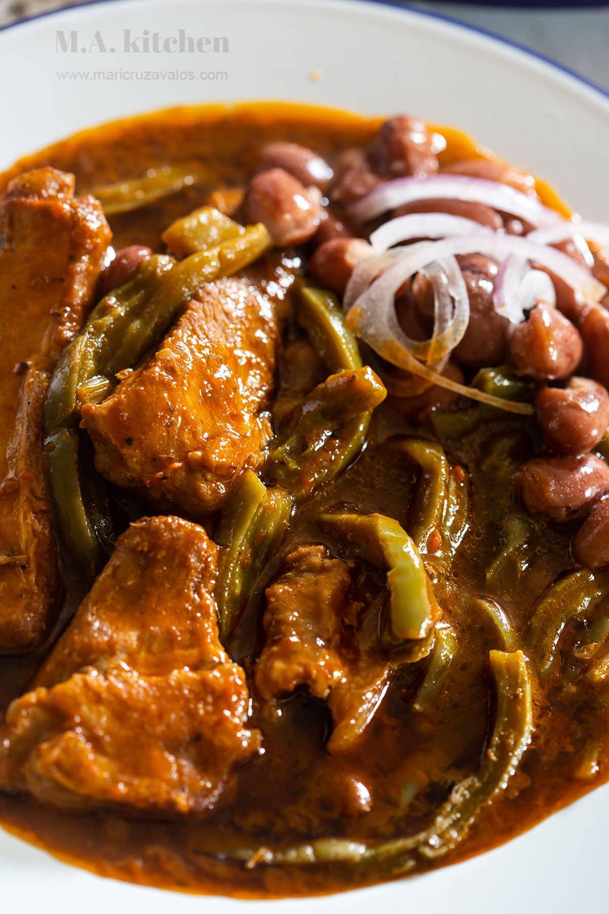 Nopales con carne de puerco: Nopales with pork meat.