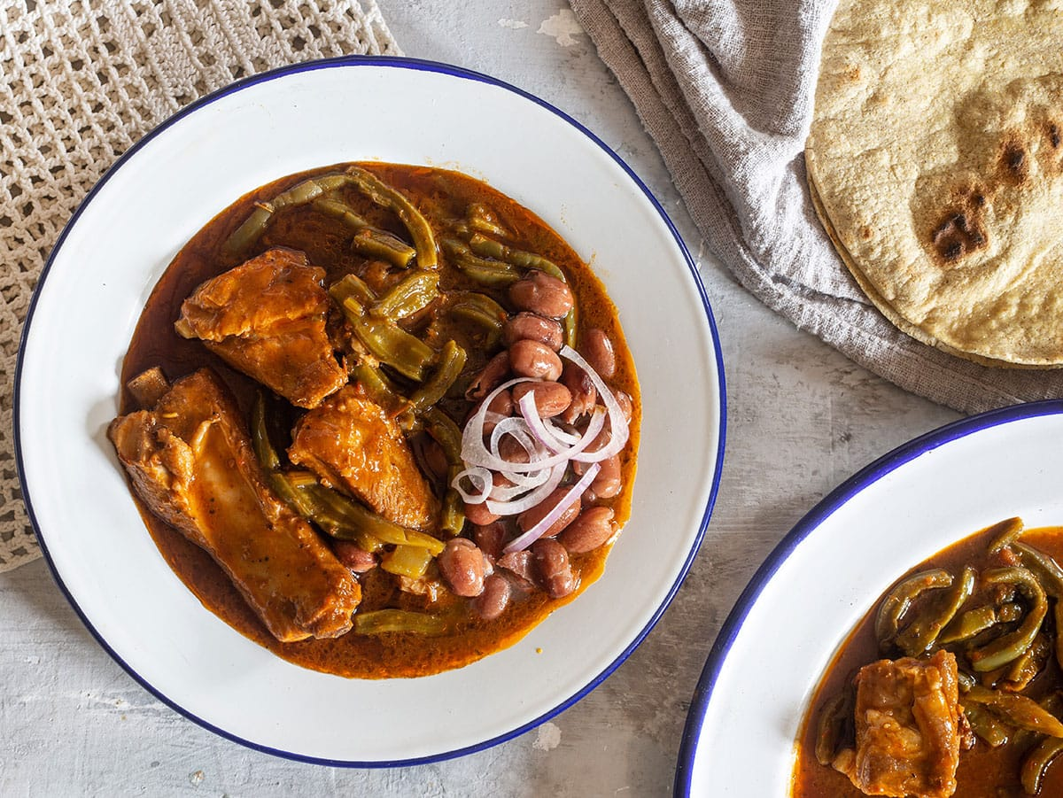 Nopales recipe easy and delicious with pork ribs and chili sauce.