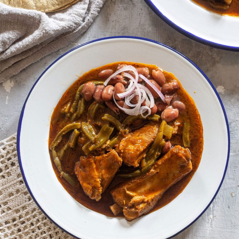 Nopales recipe with pork and chili sauce (nopales con carne)